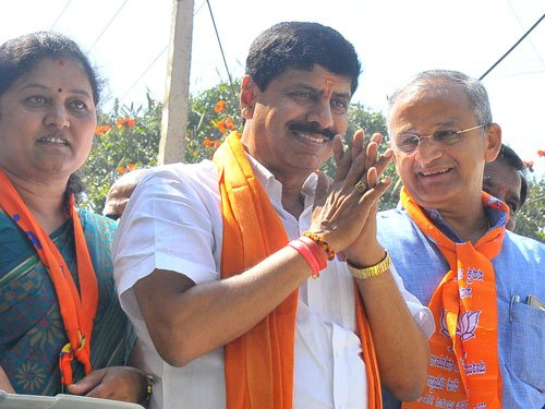 Karnataka bypolls : BJP leads in two, Cong in one
