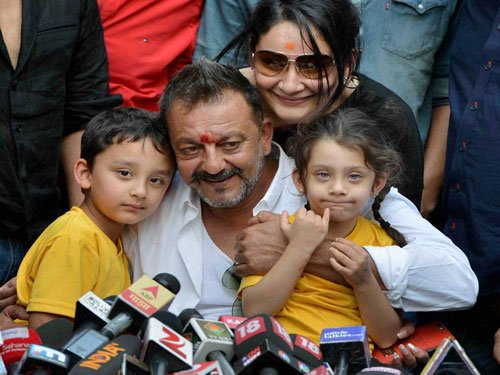 Sanjay Dutt should follow Gandhigiri: Shatrughan Sinha