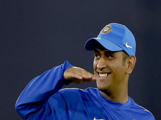 Dhoni questions the use of ear-piece