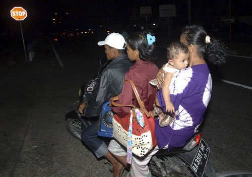 Rescuers check remote Indonesian islands after quake