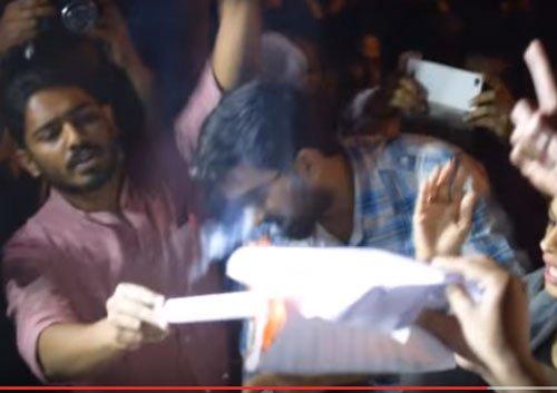 ABVP rebels burn Manusmriti despite varsity denying nod