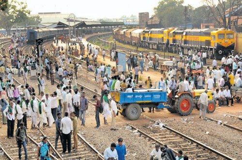 Farmers besiege Hubballi station