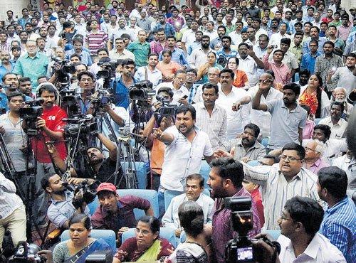 Right-wing activist throws shoe at Kanhaiya