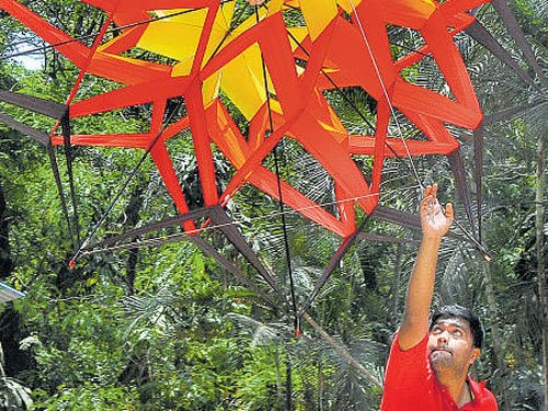 Kite flyers from  state to go to China