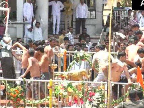 Shani Shingnapur temple lifts curb on women