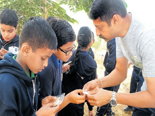 Hitarth Pandya distributes seeds to children.