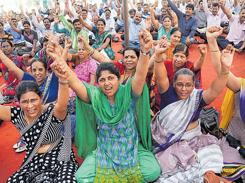 Protesting PU lecturers hurl shoes at MLCs
