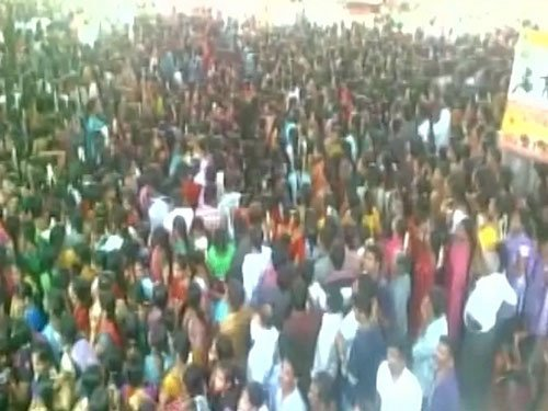 Police lathicharge garment workers protesting PF amendment