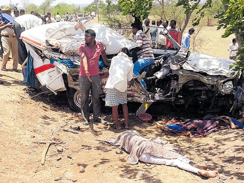 4 in ambulance among  5 killed in serial accident