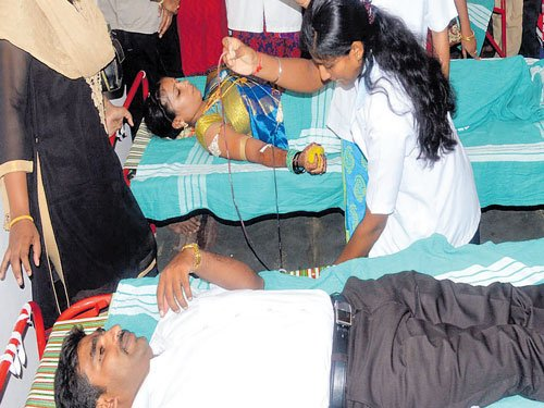 Guests donate blood at a wedding, receive saplings