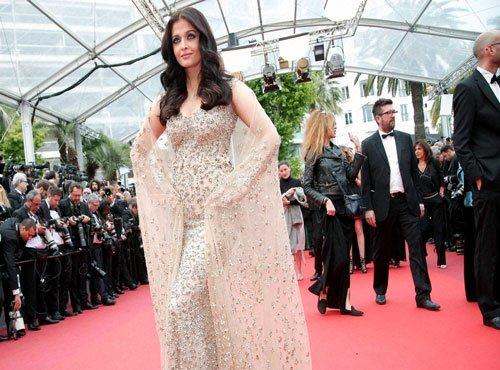 Aishwarya Rai Bachchan makes heads turn at Cannes 2016
