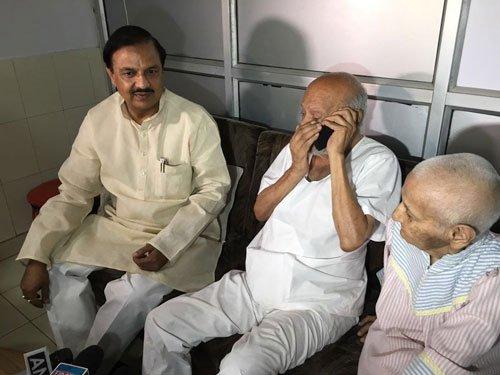 Modi speaks to Mahatma Gandhi's grandson living in old age home