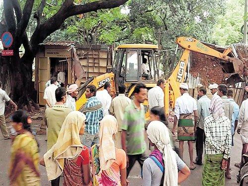 Finally, Palike clears encroachments on footpath in Rajajinagar