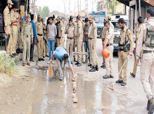 3 cops killed as ultras strike in Srinagar