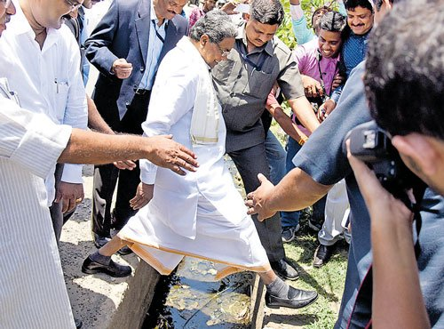 On inspection spree, CM takes a whirlwind tour of city
