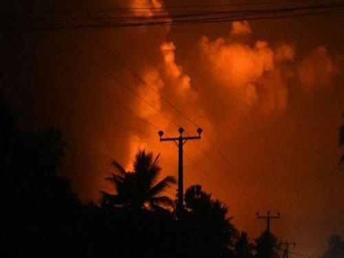 1 killed, thousands flee as blasts hit Sri Lankan armoury