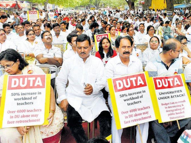 DU teachers end evaluation boycott for final year students