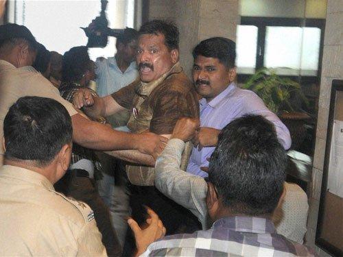 Sena protests at Kulkarni's presser for hosting Pak delegates