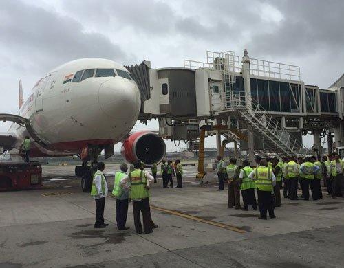 AI aircraft hits aerobridge
