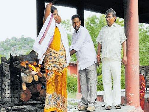 Muslim caretaker cremates Hindu abandoned by son