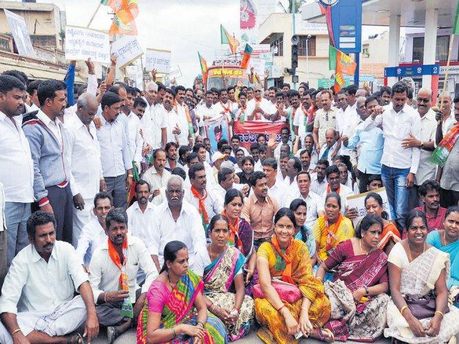 Protesters demand CBI probe on DySP Ganapathi suicide