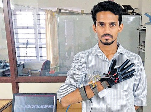 City students develop gesture-sensing glove