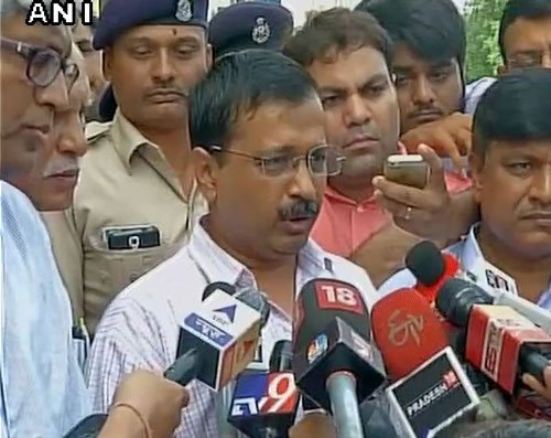 Kejriwal meets Dalit accused of cop's murder, sparks row