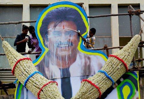 Kabali hysteria in Bengaluru (Video)