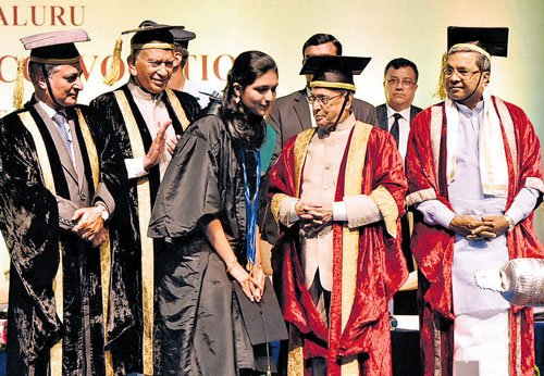 Develop courage to say no to corruption, Pranab tells students