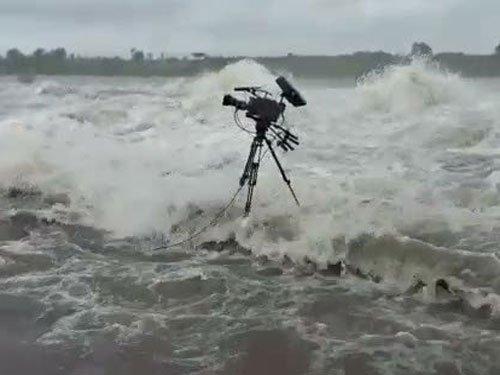 Modi's alertness saves camera crew