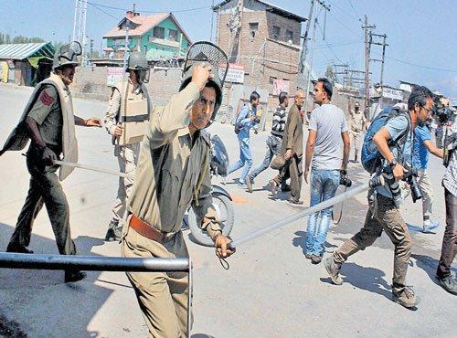Fresh clashes in south Kashmir, dozens injured