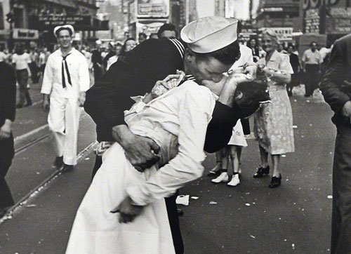 Nurse kissed in iconic World War II photo in Times Square dies