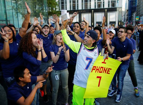 iPhone launch generates crowds, queues worldwide