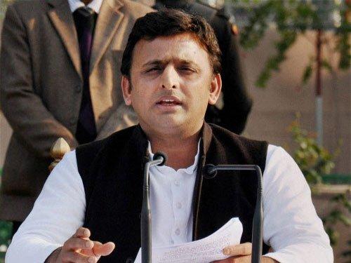 Akhilesh puts up a brave face, says 'Samajwadi Pariwar' united