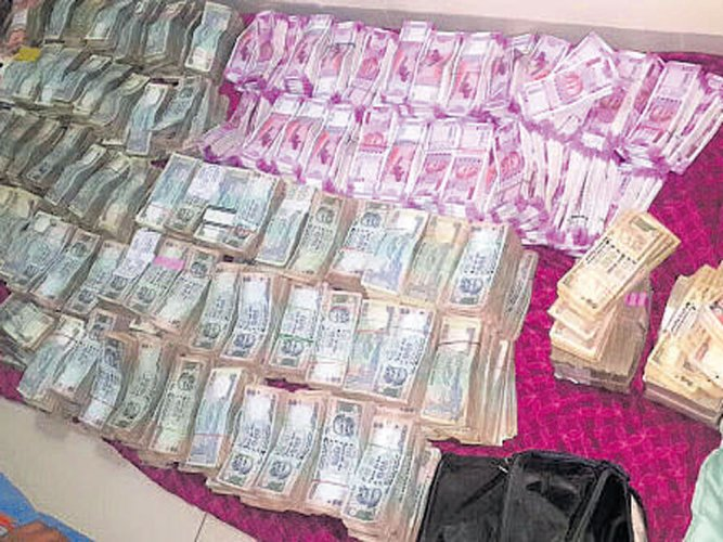 Image result for Big fall in Rs 2,000 notes seized in income tax raids