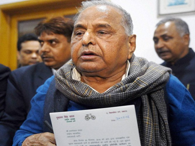 SP's war moves to Delhi; Mulayam approaches EC for symbol