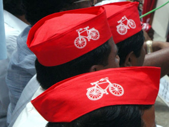 Blow to Mulayam as EC gives 'cycle' to Akhilesh