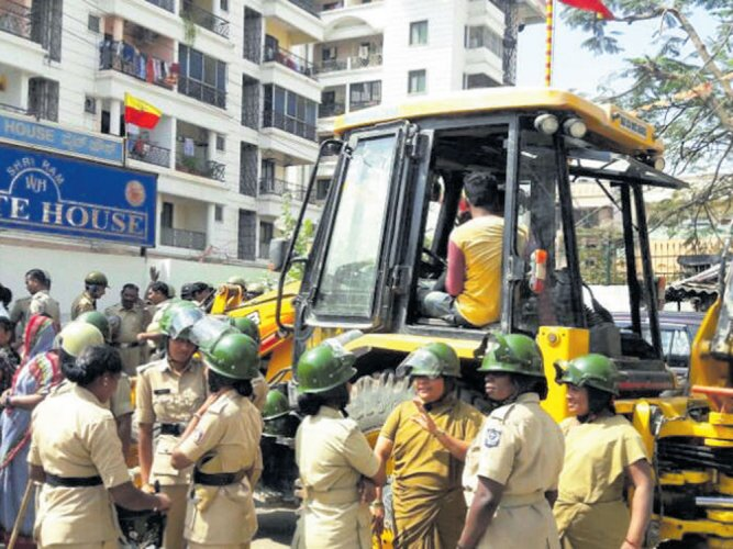 Angry residents stall Palike's demolition drive in R TNagar