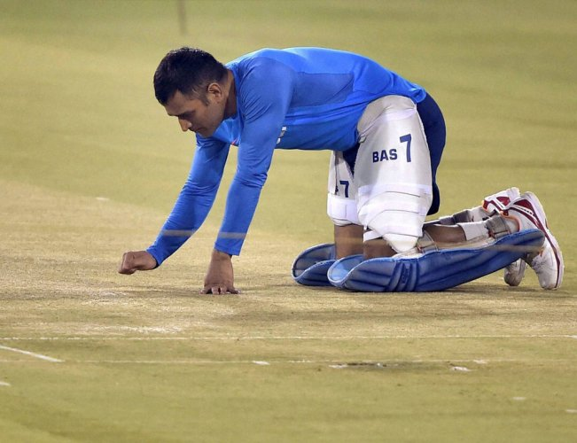 Dhoni in leadership role as Kohli skips optional practice