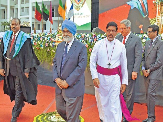 Elite being discredited globally: Montek Singh Ahluwalia