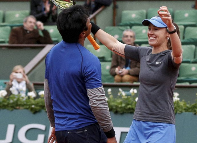 Paes-Hingis eases into Australian Open mixed doubles quarters