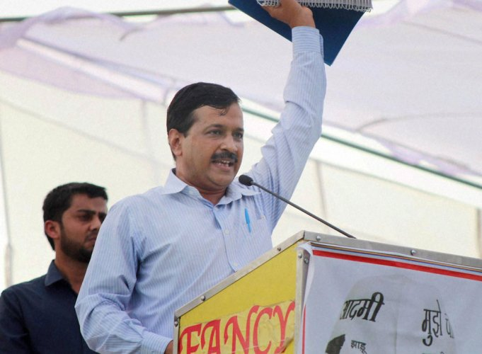Kejriwal defies EC censure on bribe comments