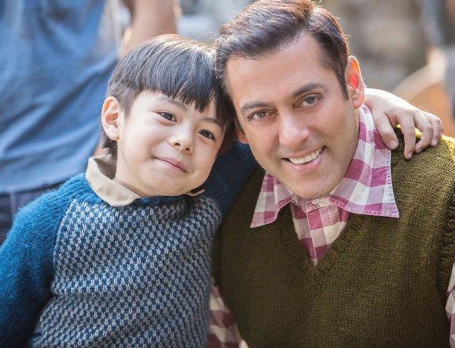 "Salman Khan introduces little co-star from ""Tubelight"""