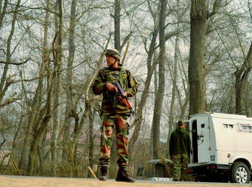 Militants attack mobile security picket in Kashmir, injure cop