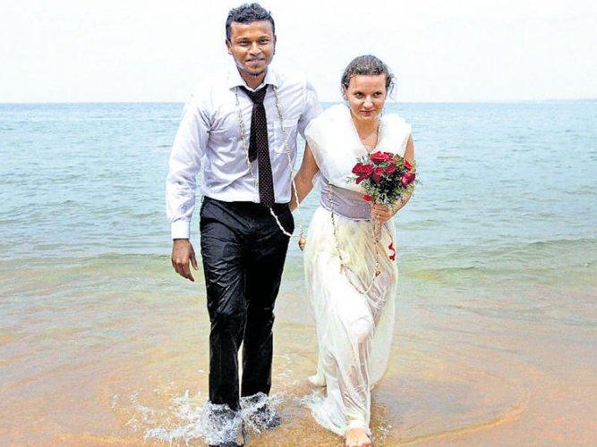 Couple says 'I do' four metres underwater