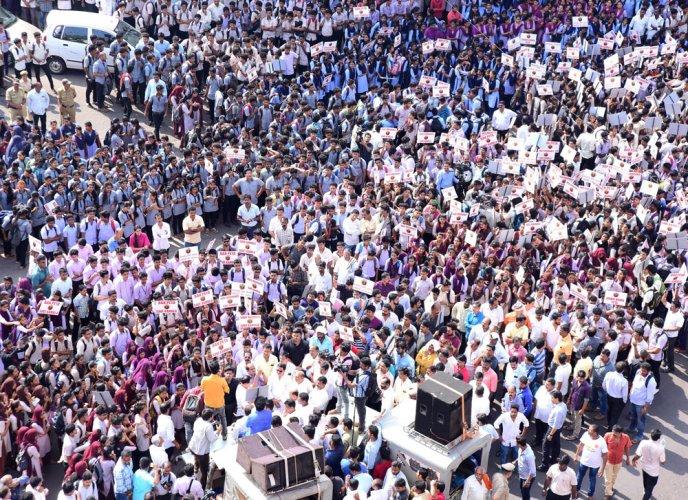 Hundreds form human chain,  seek lifting of ban on Kambala