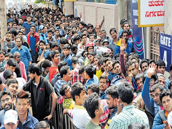 Fans queue up in cold, tickets sell like hot cakes | Deccan Herald