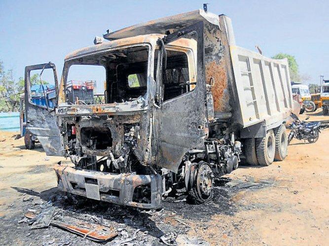 Mob sets afire vehicles at quarry in Davangere dist