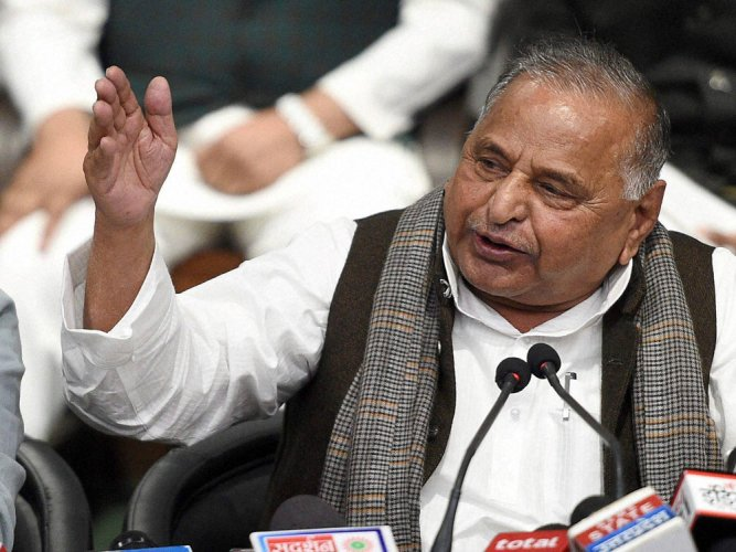 Mulayam keeps rival SP camps guessing