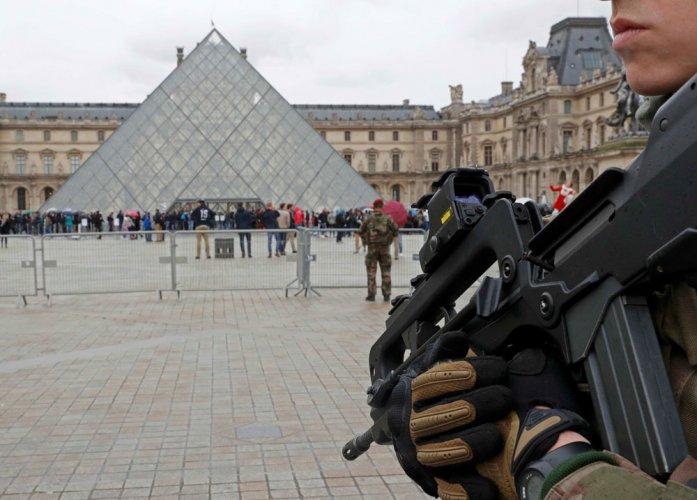 Machete attacker shot at Louvre in Paris